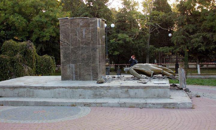 Ночью неизвестные разгромили памятник Ленину вКрыму