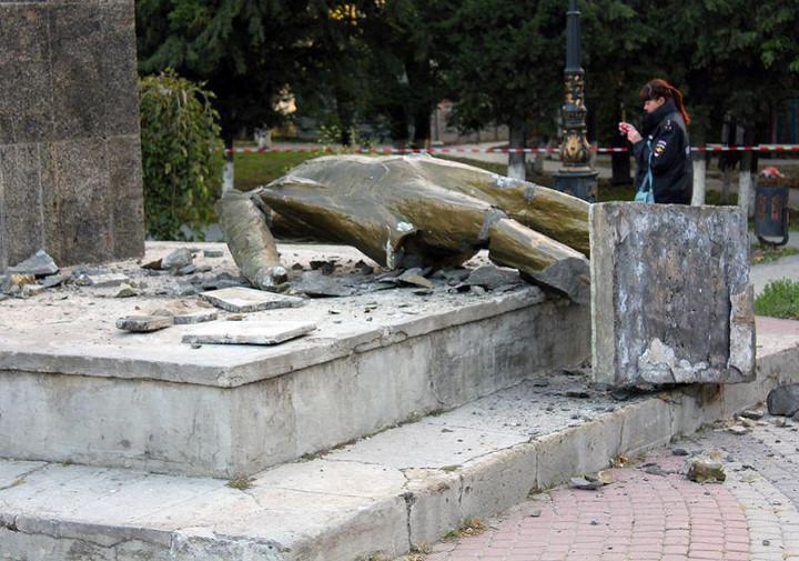 ВКрыму неизвестные сбросили спостамента памятник Ленину